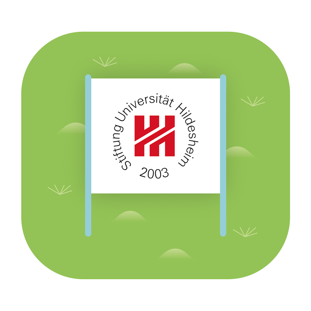 Eine Illustration des Logos der Universität Hildesheim mit einem roten H in der Mitte und von dem schwarzen Schriftzug Stiftung Universität Hildesheim 2003 umkreist. Das Logo ist auf einem Schild abgebildet, das im Rasen steht.