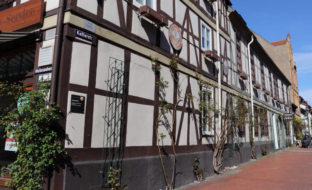 Fotografie einer Fachwerkhäuser-Reihe der Keßlerstraße mit Rosengewächsen an der Fassade