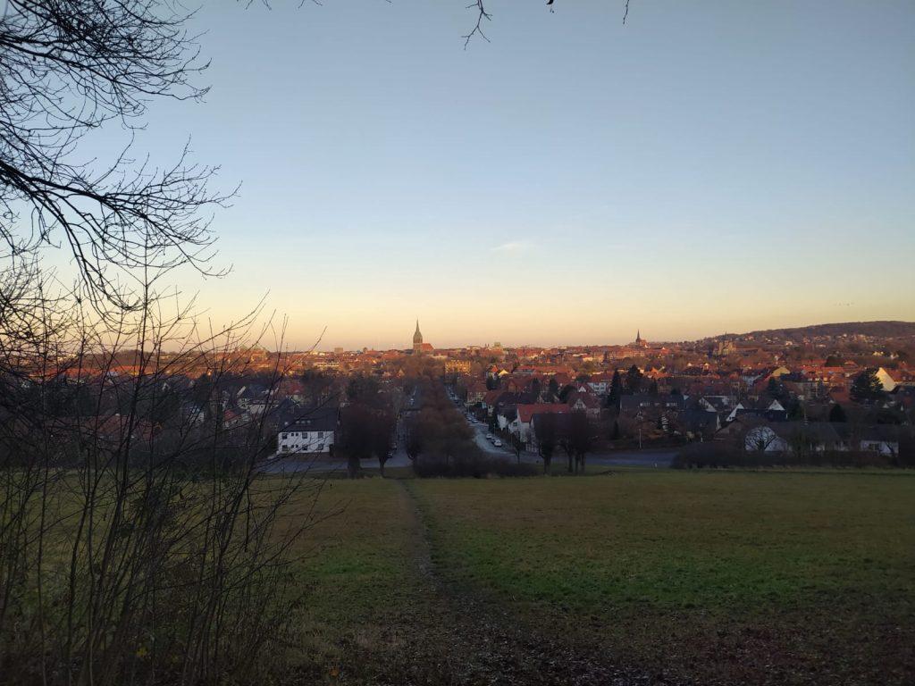 Der Blick auf die Stadt Hildesheim am Welterbeblick am Berghölzchen bei Abenddämmerung.