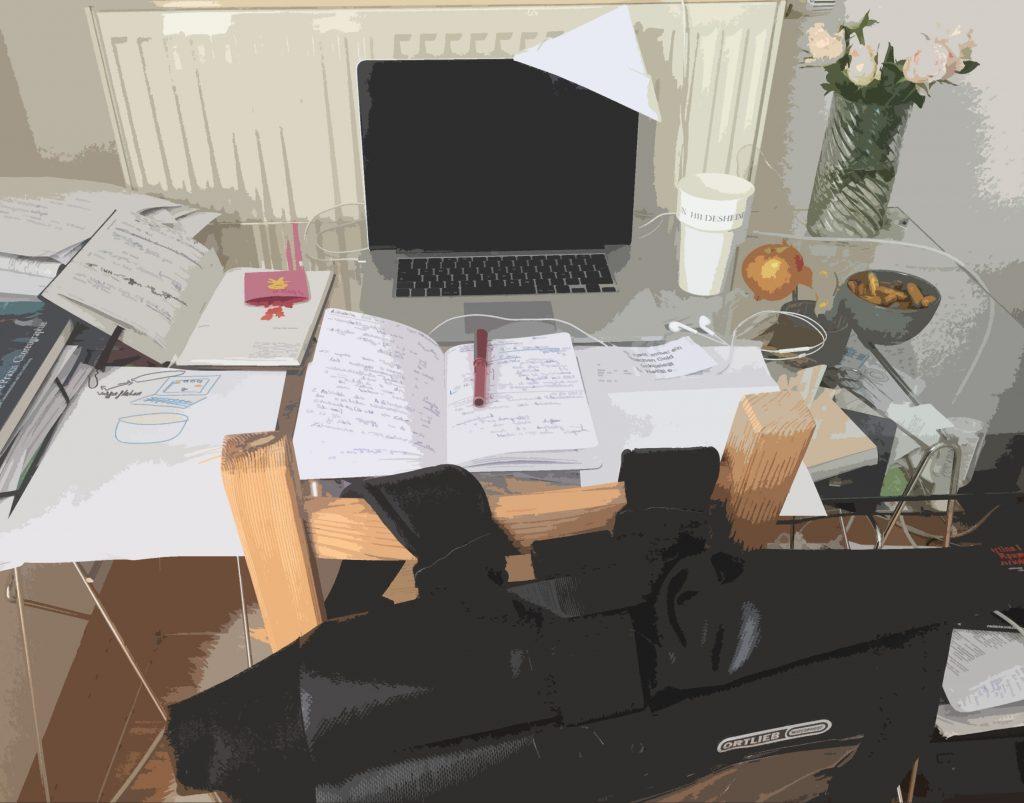 Ein Schreibtisch, davor ein Stuhl an welchem ein Rucksack hängt. Auf dem Schreibtisch ein aufgeklappter Laptop, der einen kleinen gefalteten Papierhut trägt, außerdem verschiedene Papiere, aufgeschlagene Notizbücher, ein Becher, ein Apfel, eine Schale mit Snacks, In-Ear-Kopfhörer. Über dem Bild liegt ein Effekt, sodass die Farben etwas ineinander fließen und es aussieht, als sei es mit einem Pinsel gemalt.