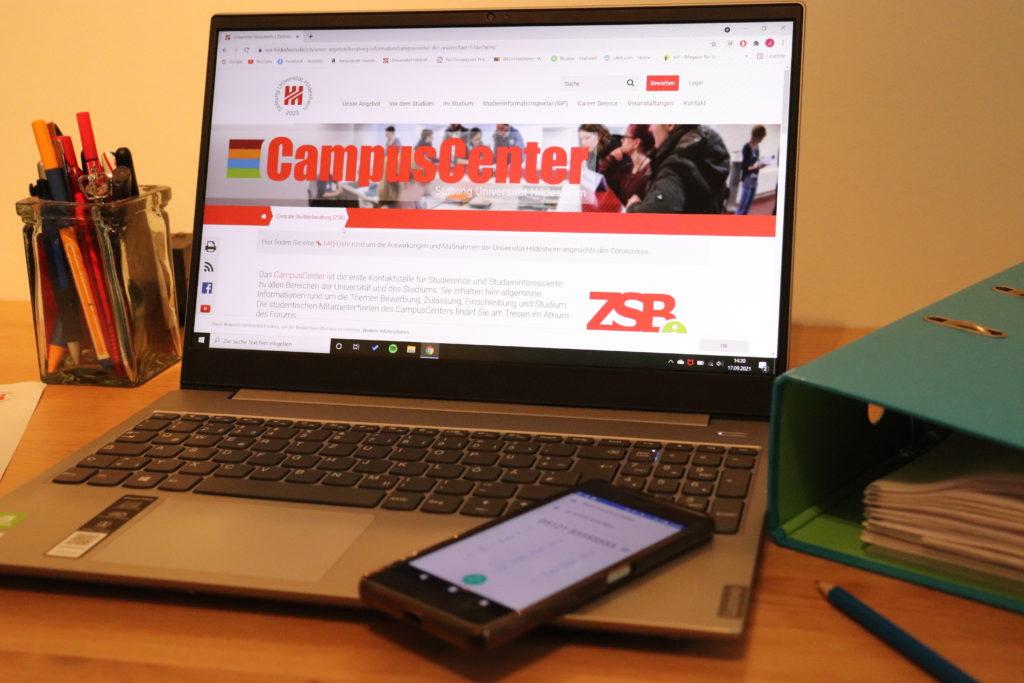 Foto eines Laptops auf einem Schreibtisch, auf dem die Website des CampusCenter geöffnet ist.