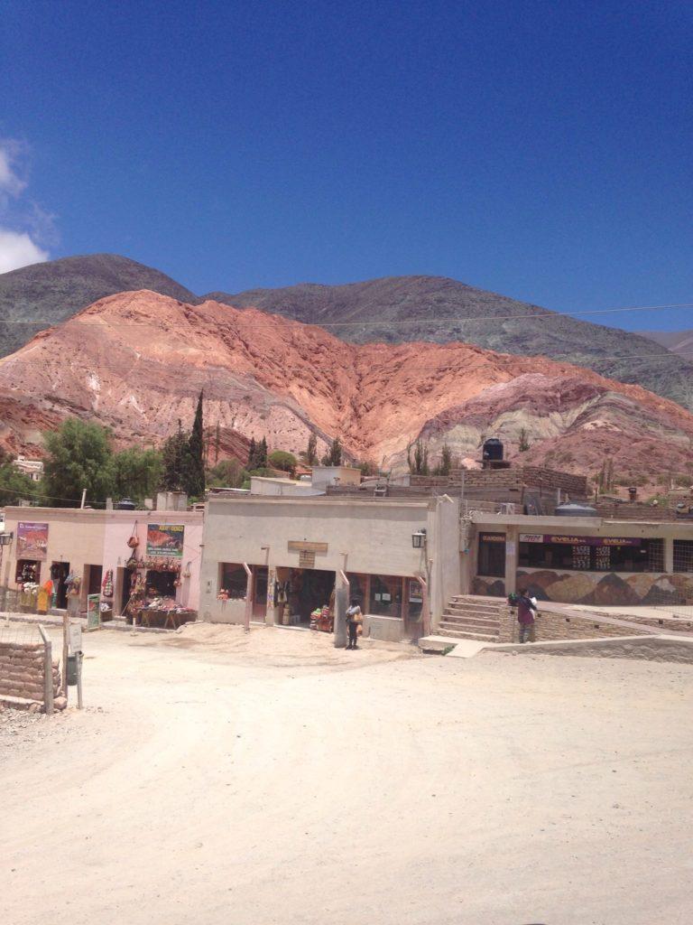Ein Berg mit angeblich sieben Farben vor strahlendblauem Himmel in einem dürren Dorf namens Purmamarca im Nordwesten Argentiniens.